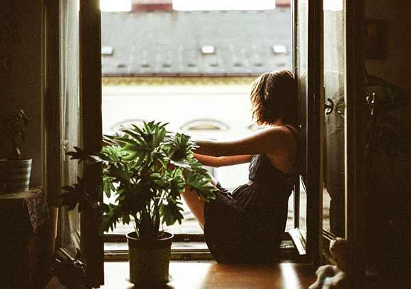 Mujer en la ventana - Ayuda Psicológica - Embajadores Madrid